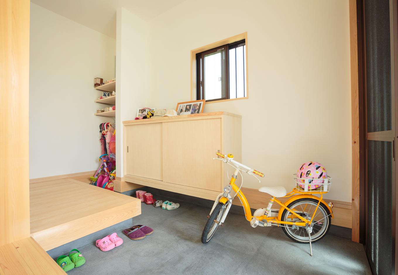 福工房【子育て、趣味、自然素材】玄関土間には靴箱の他、収納棚を設けた。かわいい靴や外遊びの道具が並ぶ