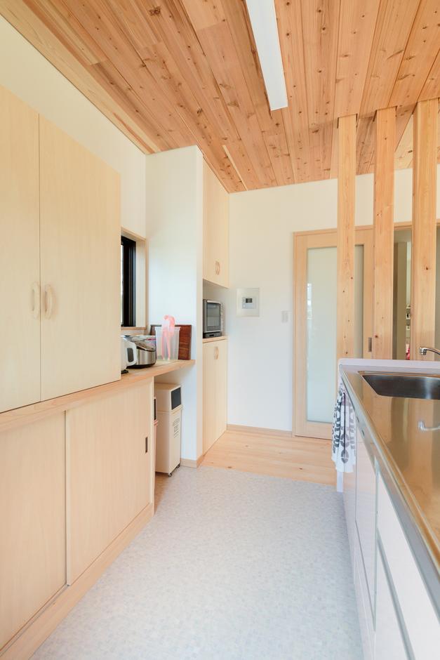 福工房【子育て、趣味、自然素材】キッチンは置く物を考えながら造作収納を製作。床材はお手入れ方法も考えて選択