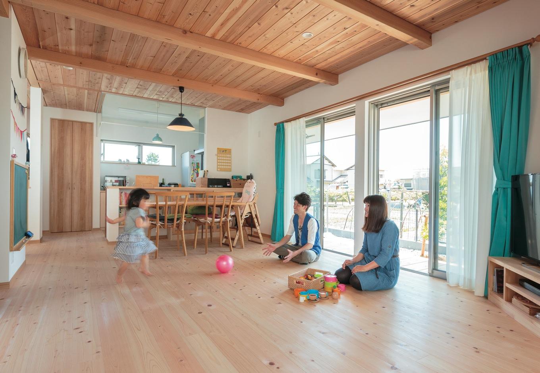 福工房【子育て、自然素材、間取り】土間と和室を含めれば32畳もの広さ。床の天竜ヒノキは同社の標準仕様、壁には珪藻土クロスが使われる。天井のスギ板が空間の印象をさらにあたたかくしている