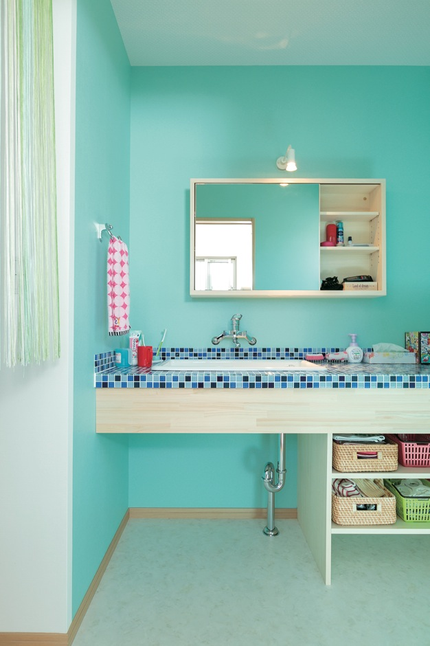 福工房【子育て、自然素材、間取り】水回りは奥さまの好きなブルーでまとめ、居室との変化をつけた。タイル張りの洗面台は雑誌の切り抜きでイメージを伝えたそう。ミラー収納もオリジナルで製作してもらった