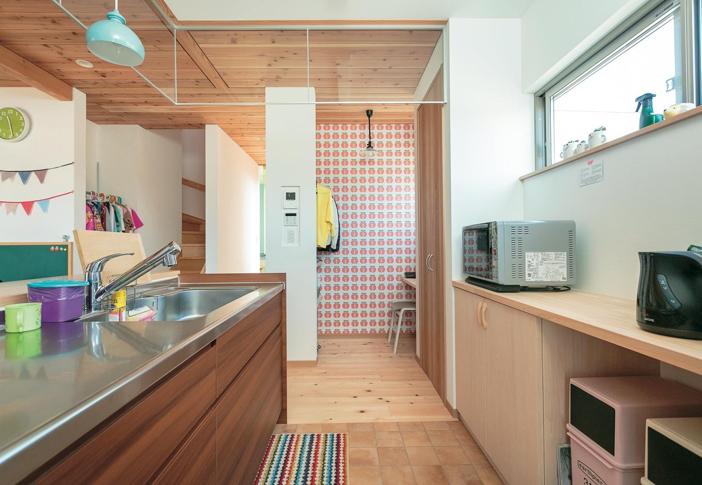 福工房【子育て、自然素材、間取り】キッチンには必要なサイズで用意された造作カウンターとパントリー。分別用のゴミ箱を置くスペースも考慮
