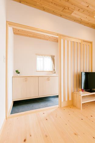 土間は同社の特徴の1つ。やわらかく空間を仕切る建具もオリジナル