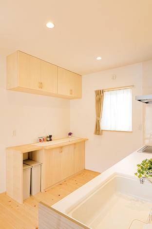 作業台も兼ねた造作キッチン。実際の暮らしをイメージし、ゴミ箱の置き場所も用意されている