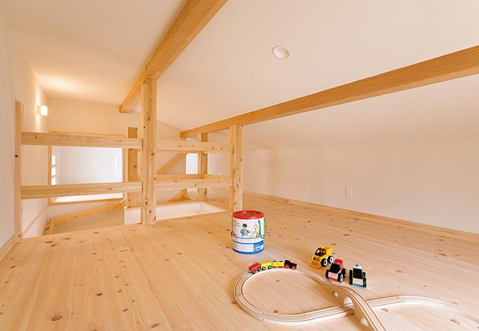 小屋裏に設けた8.6畳の収納が、建坪の小ささをカバー。固定式階段なので、荷物の上げ下ろしも容易