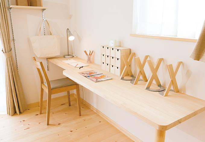 キッチン脇に設けられたテーブルは、宿題やパソコン、奥さまの書き物に。家族の成長によっても用途が変化していく