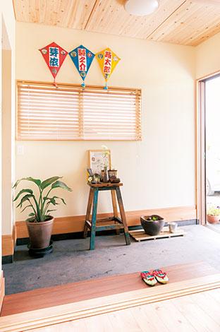 福工房【子育て、自然素材、間取り】広々として、どこかなつかしい土間空間が、家族の帰宅やお客さんの訪問を迎える。左手には可動棚のある土間収納が用意されているので、玄関はいつもスッキリ