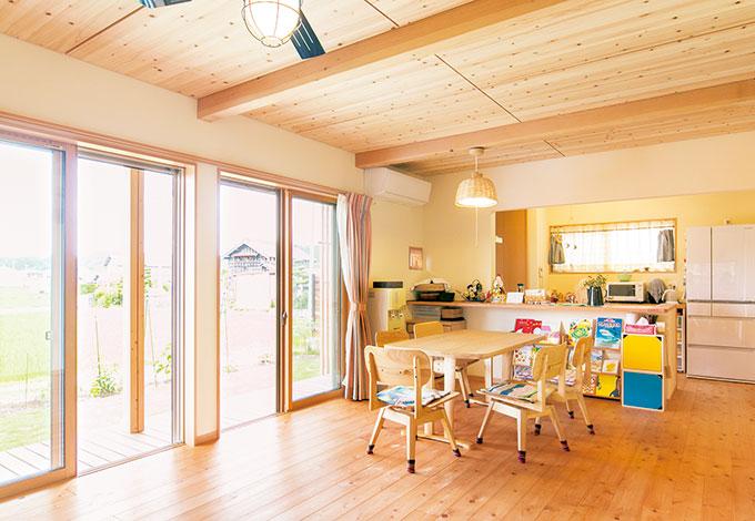 福工房【子育て、自然素材、間取り】窓を開ければ縁側や 庭もリビングの一部。 キッチンカウンターには材木屋に足を運び、自分たちで選んだ 木が使われた