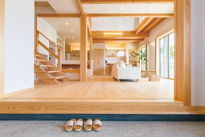 福工房【豊川市篠束町仲堀65-1・モデルハウス】玄関ドアを開けると土間とLDK、さらに吹き抜けを通じて2階までが一体となった大らかな空間が広がる。キッチンのママに「いってきます」や「ただいま」の声が届く