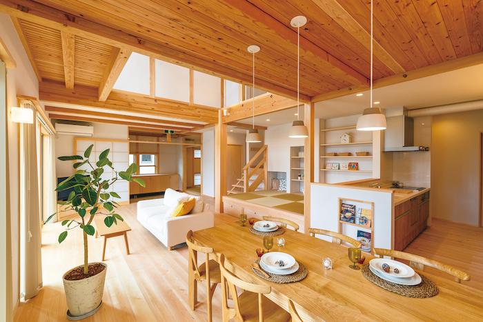 福工房【豊川市篠束町仲堀65-1・モデルハウス】「雰囲気にマッチするように」と棚や収納は造作仕立て。家具も自社で手がける