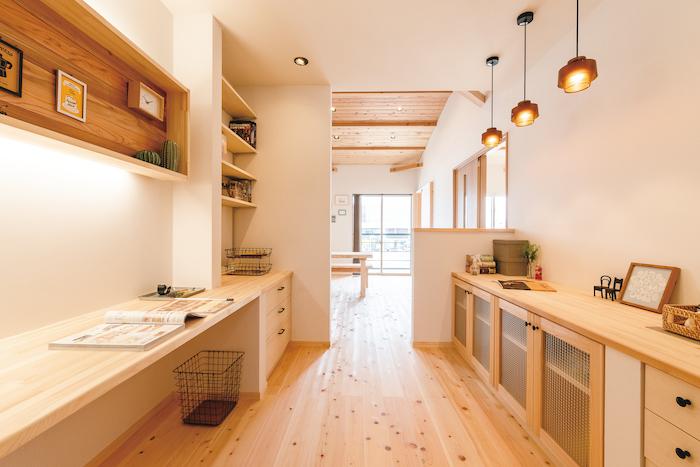 福工房【豊川市篠束町仲堀65-1・モデルハウス】2階寝室の奥に用意された書斎スペース。背後のウォークインも便利