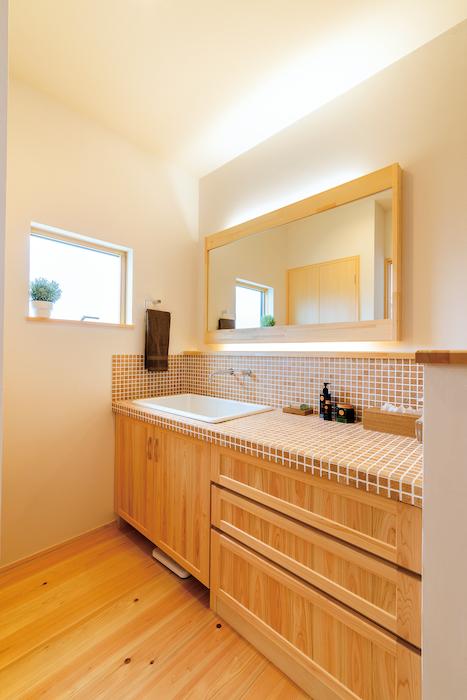 福工房【豊川市篠束町仲堀65-1・モデルハウス】洗面台を造作にする施主さんも多い。好みのタイルを張って、オンリーワンの仕上がり