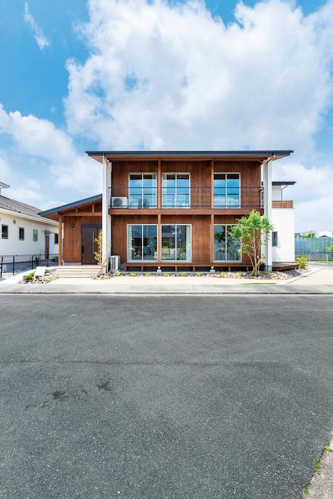 福工房【豊川市篠束町仲堀65-1・モデルハウス】スギ板と塗り壁の外観は、やさしい表情。深い軒も同社の特徴で、雨や夏の日差しを遮り、室内に快適をもたらす