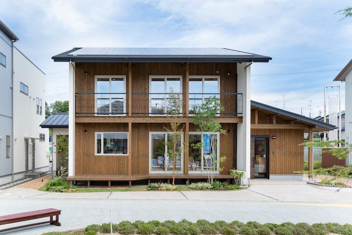 福工房【袋井市下山梨1961-1・モデルハウス】木のぬくもりが感じられる温かみのある外観。窓位置をそろえた設計は見た目だけでなく、構造的にも安定している