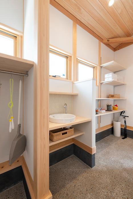 福工房【袋井市下山梨1961-1・モデルハウス】土間収納内の棚は、しまうものをイメージして計画。水栓もあるので、「ただいま!」からの手洗い習慣がつきそう