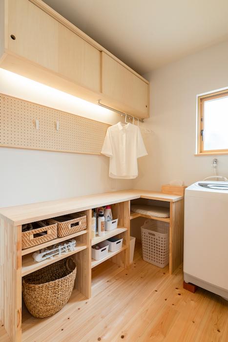 福工房【袋井市下山梨1961-1・モデルハウス】使い勝手のいいランドリールーム。動線を考えて棚やパイプを設置した