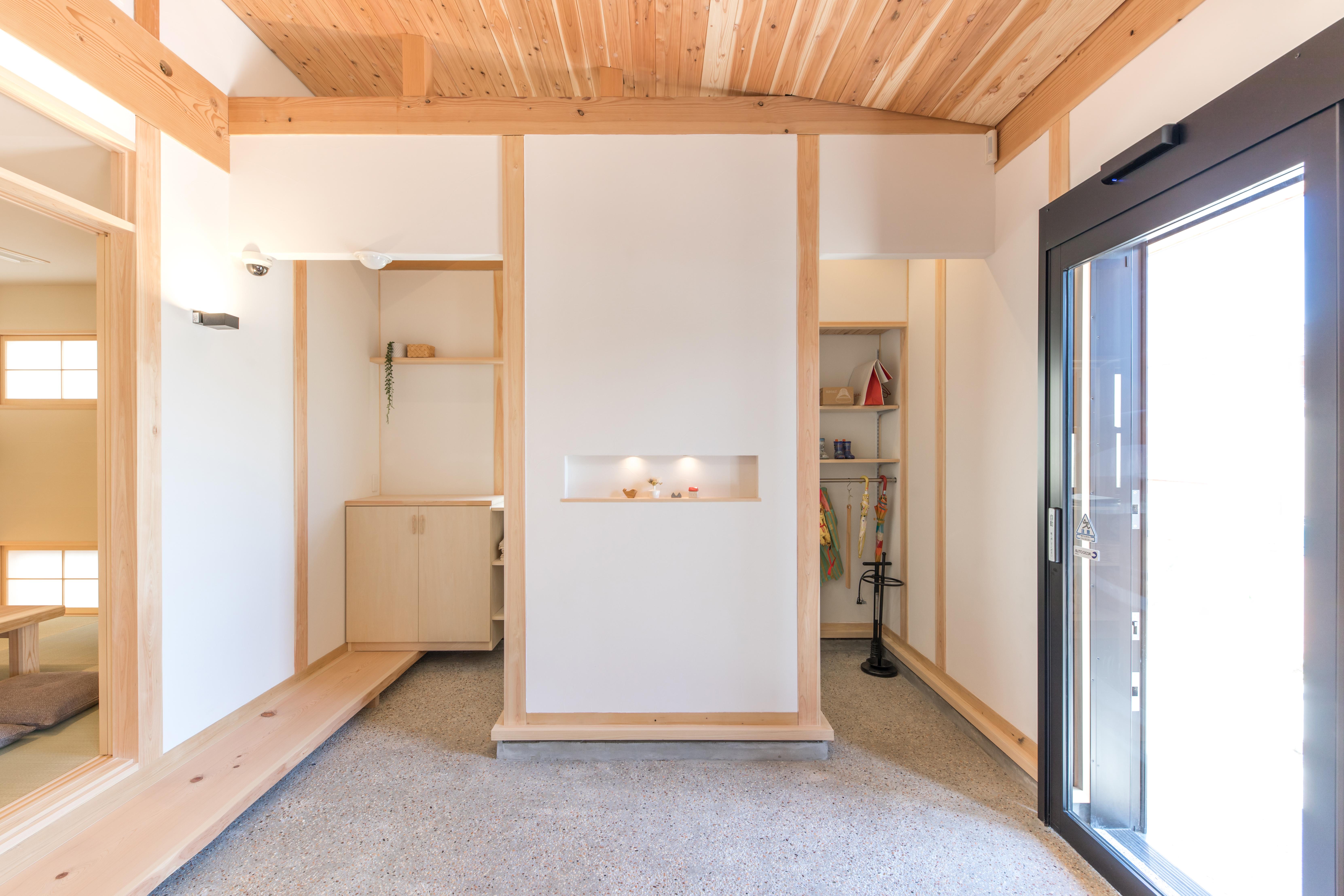 福工房【岡崎市美合町字入込68番地・モデルハウス】『福工房』の代名詞でもある土間。杉板の勾配天井が広がりを感じさせる。脇にはクローク代わりにも使える土間収納を設け機能的に仕上げた