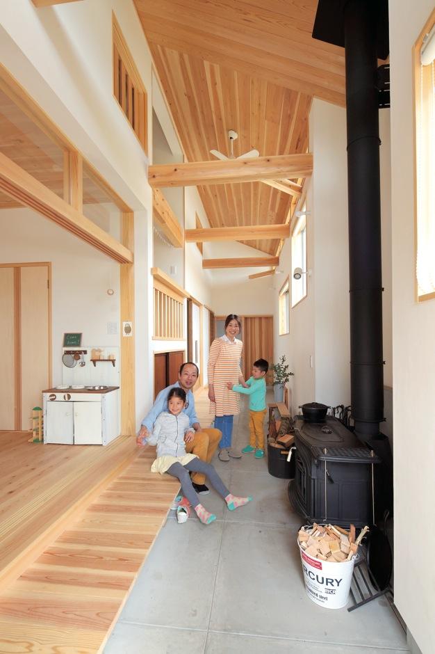 ぬくもりと家族の声が行き交う通り土間のある自然素材の家