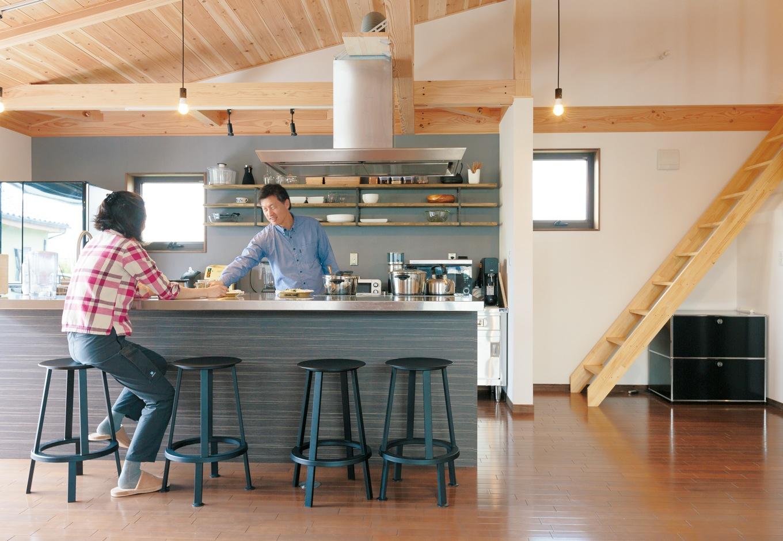 片山建設【趣味、自然素材、ガレージ】2人とも料理好きなため、造作キッチンはこだわりが満載。IHは電磁波の少ないドイツ製。排気フードはお施主さんたっての希望とあり、設置。背後の棚は好きな店を参考にカフェ風に仕上げた。