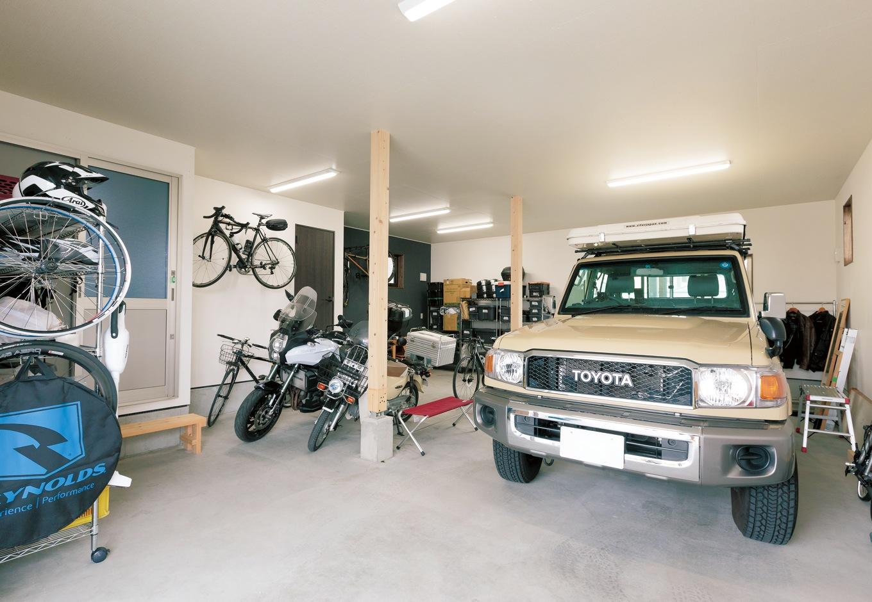 片山建設【趣味、自然素材、ガレージ】ガレージは車庫としての役割はもちろん、整備にも十分な広さと機能性。奥の黒い壁は炭を混ぜた漆喰をご夫婦で塗って仕上げた