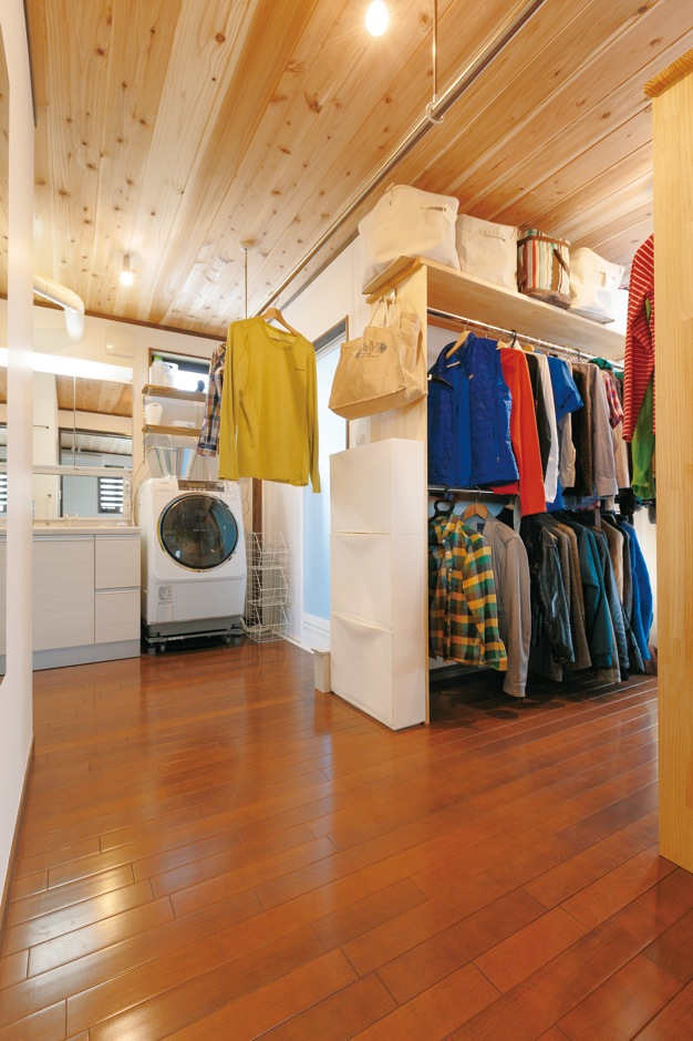 片山建設【趣味、自然素材、ガレージ】衣類はまとめて収納。居住空間のすっきりに貢献する