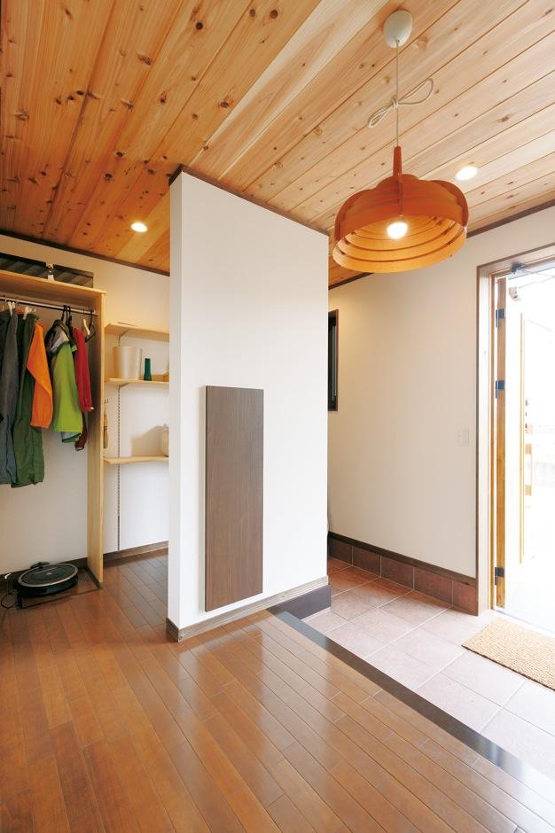 片山建設【趣味、自然素材、ガレージ】上着掛けや可動式の棚が便利な玄関。ガレージとの行き来も可能だ