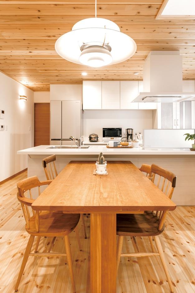 片山建設【自然素材、間取り、ガレージ】キッチンをアイランドにアレンジして、コ ストカットに成功