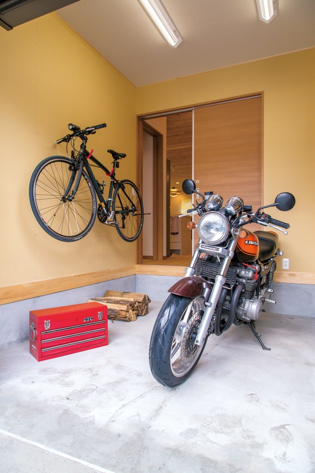 片山建設【自然素材、間取り、ガレージ】ビルトインガレージには、ご主人のバイクが2台+自転車も余裕で入る。雨の日も ここで整備ができるので便利