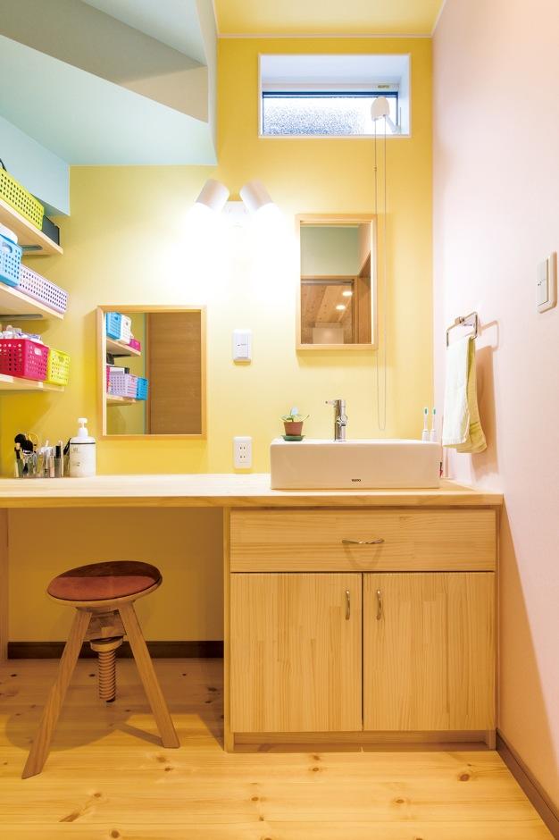 片山建設【自然素材、間取り、ガレージ】洗面室には、奥さまの化粧時間が楽しくなる鏡台を造作。その他の家具もほとんどが造作