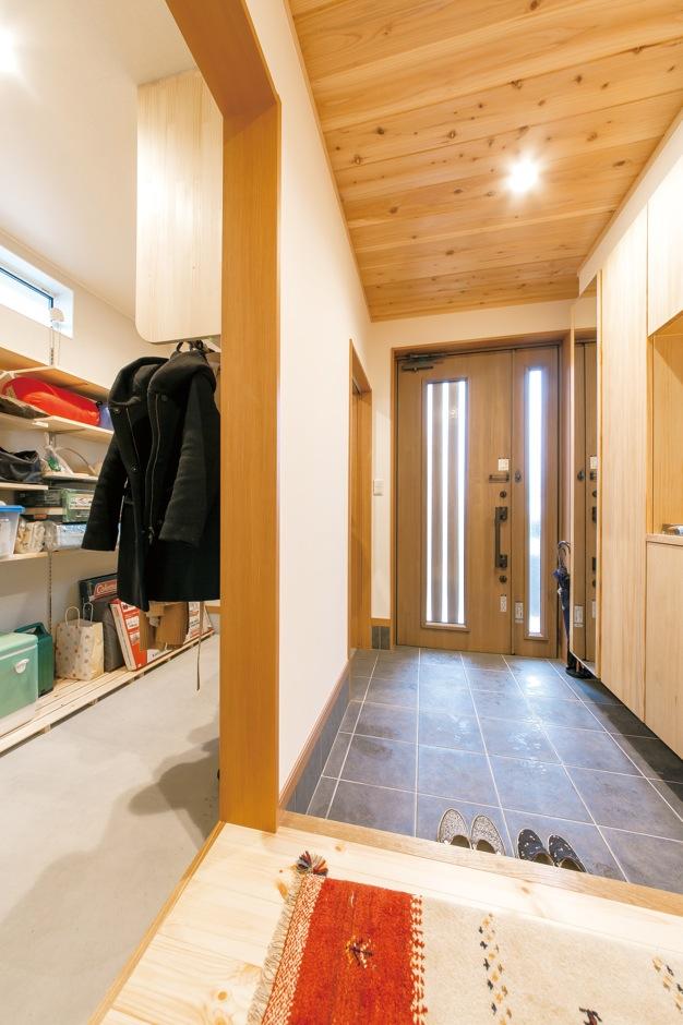 片山建設【自然素材、間取り、ガレージ】玄関の土間収納は、コートからアウトドアグッズまでたっぷり収納