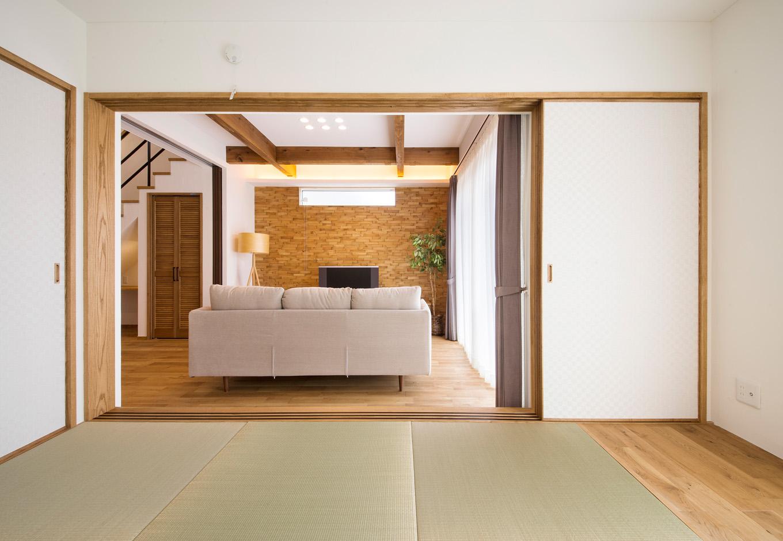 リビングに面した和室には、縁のない正方形の畳を採用。窓側には縁側を