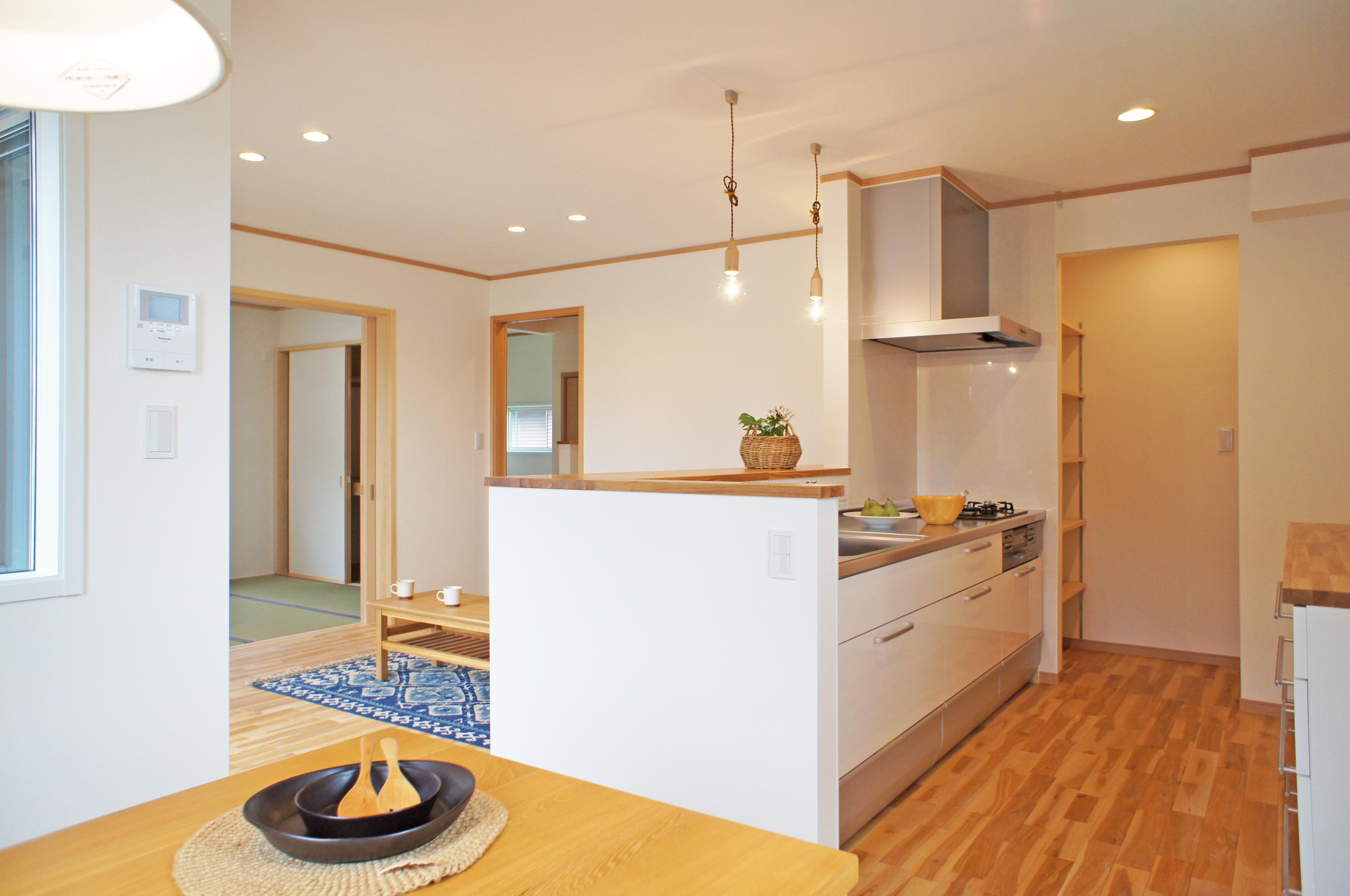 家族みんながお気に入り。無垢の木の床やオリジナル家具のある家