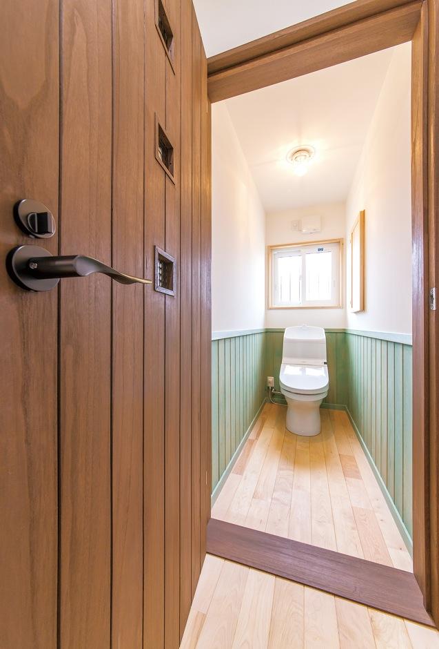 アンティーク調のフレンチカジュアルでまとめられたトイレ。ミントグリーンの腰壁がアクセントになっている
