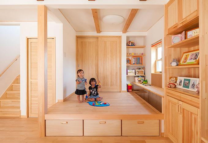 ワイズホーム【デザイン住宅、子育て、収納力】段差をつけたキッズリビングは、奥さまのアイデア。近くの児童館を参考に、楽しさと便利さが共存するスペースとなった。掘りごたつ式のカウンターでは、お子さんたちが宿題をやったり、ご主人がパソコンを開いたり。個室にこもることもなく、オープンな関係を保つことができる