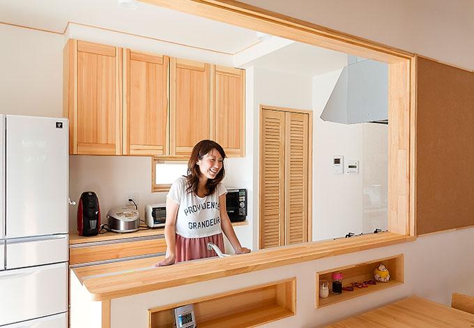 家事をしながらでも、帰宅や階段の上り下り、キッズスペースの様子がひと目に。ニッチはテーブルの上がいつもきれいに保てるようにと要望。ワイズホームからの提案で、壁の一部におたより用のコルクボードを採用した