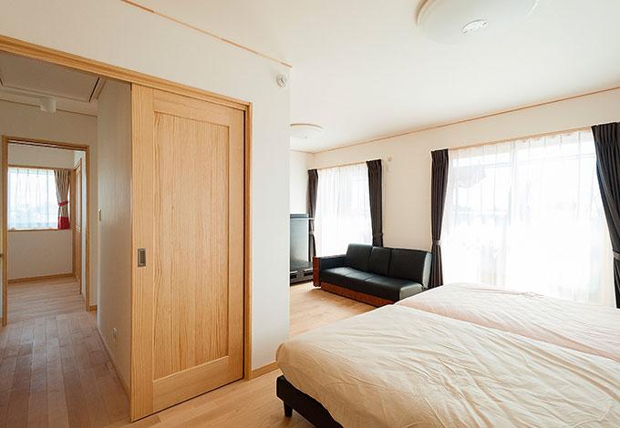 打ち合わせ中に3人目のご懐妊が判明。将来は仕切って子ども部屋を増やせるようにと、寝室にはドアが2つ用意された。左手にはウォークインクローゼットがあり、収納力も十分