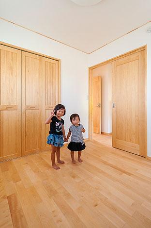 ワイズホーム【デザイン住宅、子育て、収納力】1階、2階を通じて、体にやさしい素材を採用している。床には節のないカバザクラ。壁にはソフトな風合いとともに、優れた通気性・消臭性が持ち味の、コットン繊維を漉き込んだ壁紙を選択した