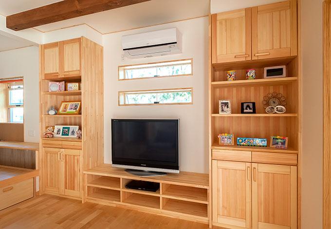 ワイズホーム【デザイン住宅、子育て、収納力】収納とテレビ台は、造作と既製品を組み合わせたもの。コストに配慮しつつ、使い勝手よく仕上がった。床材と色あいをそろえることで、購入家具ではなかなか出せない統一感が生まれている