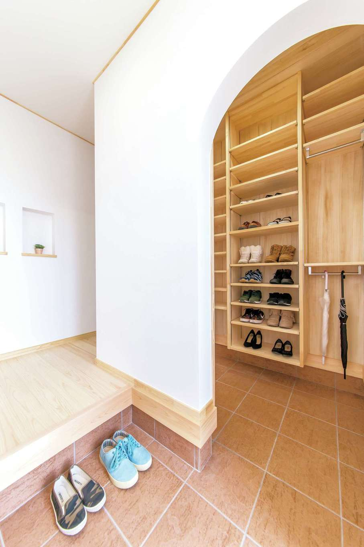 ワイズホーム【子育て、自然素材、省エネ】玄関のシューズクロークはアーチの壁で仕切って