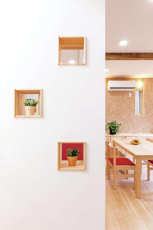 ワイズホーム【子育て、自然素材、省エネ】抜け感をつくる壁の小窓やニッチなど、ちょっとした造作も満載