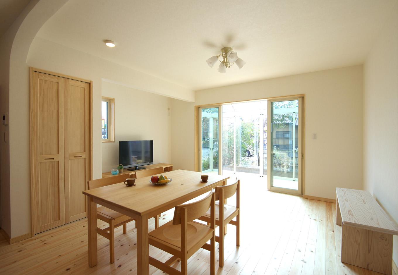 ワイズホーム|8畳の和室から洋室に生まれ変わったリビングスペース。キッチンも含めたLDK全体には、床暖房が採用された