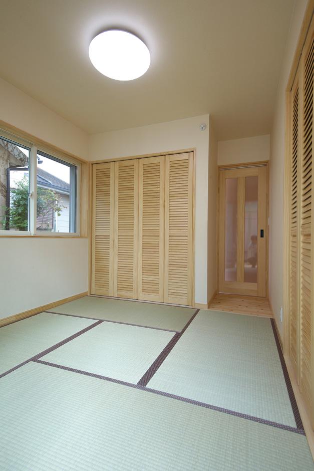 ワイズホーム|和室の壁紙はコットンソフィーナ(木綿素材)を使用し、自然派空間を実現。収納部分は階段下スペースを有効活用