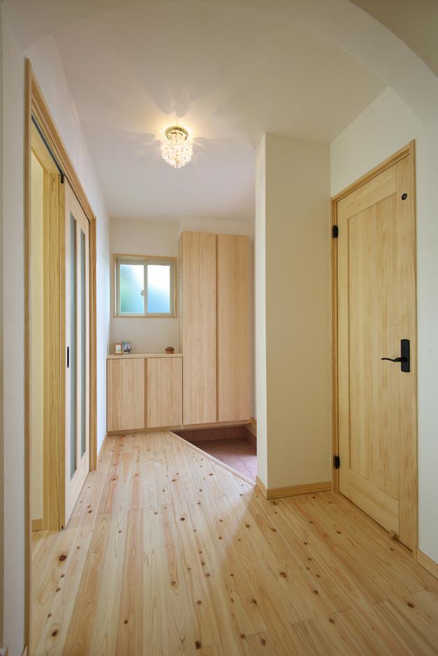 ワイズホーム|玄関周りにも作り付けの家具があり、収納力抜群。入った瞬間にやさしい木の香りが迎えてくれる