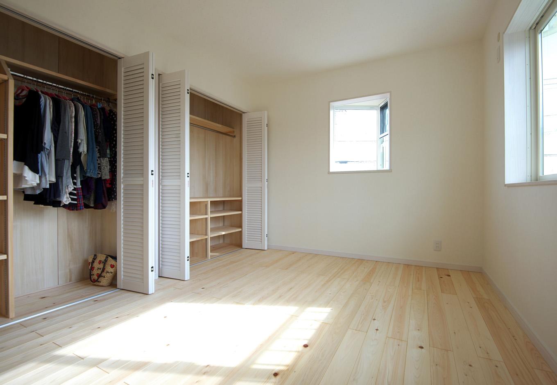 ワイズホーム|ヒノキの床材で設った子ども部屋は、三角出窓がアクセント。クローゼットの間仕切りはワイズホームの手仕事