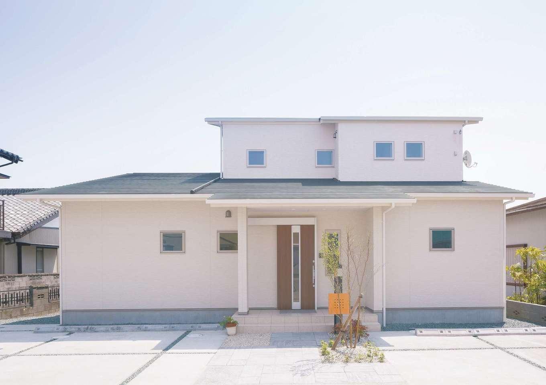 近藤建設工業【デザイン住宅、二世帯住宅、間取り】抑えられた屋根勾配が、安心感を感じさせる。通り側を閉じ、窓の形をそろえることで、適度なモダンさも添えられる
