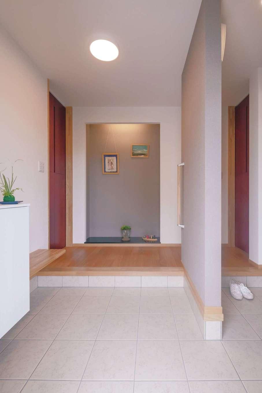 近藤建設工業【デザイン住宅、二世帯住宅、間取り】玄関は仕切りによって、穏やかに分割。正面にはもてなしの演出のためのスペースを用意