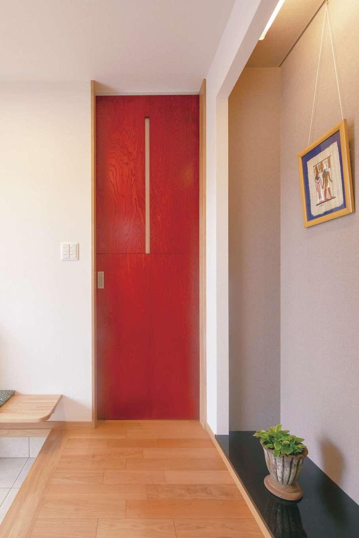 近藤建設工業【デザイン住宅、二世帯住宅、間取り】各LDKへの入口に染色塗装が施された同社オリジナルの建具を採用。空間のアクセントとしても機能する。ご近所さんとのおしゃべり用にベンチを造作してもらった