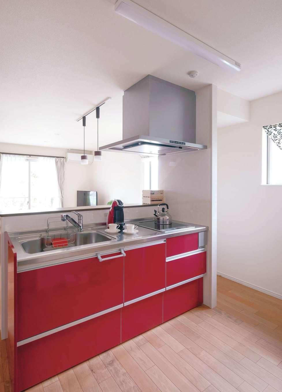 近藤建設工業【デザイン住宅、二世帯住宅、間取り】赤がポイントのキッチンは娘さんセレクト