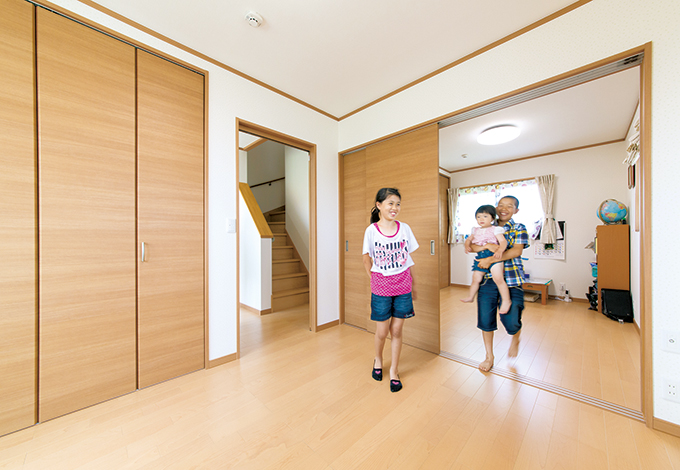 石上建設【収納力、省エネ、間取り】子ども部屋は、建具で仕切れる。子どもたちの洋服のほとんどは、1 階畳リビングのクローゼットに置いてあるので、部屋はすっきり