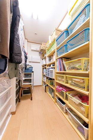 寝室のクローゼッ ト内部は収納物の量や内容をつかんだうえで造作を依頼。収納用のケースの高さにも合わせて使いやすさ◎