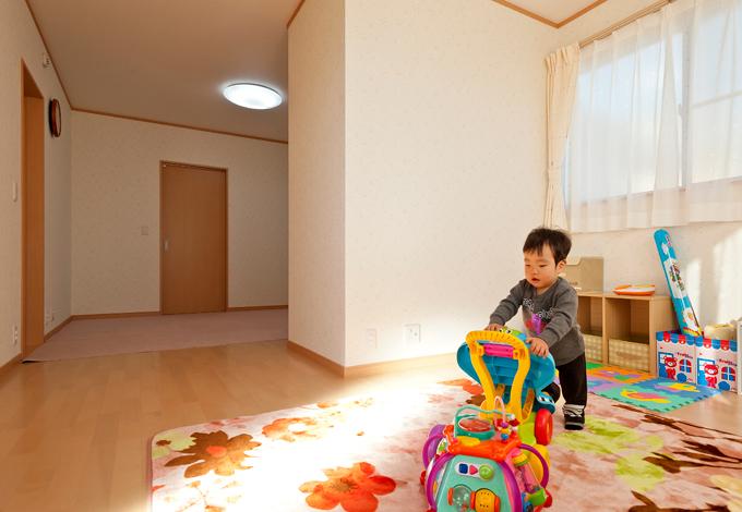 石上建設【子育て、収納力、二世帯住宅】子ども部屋は家中で一番日当たりのよい場所に配置。小さなお子さんが一人で寝る練習ができるように、ご夫婦の寝室と繋がっている。お子さんの成長を見守ることのできる間取りは奥さんのこだわりだ。